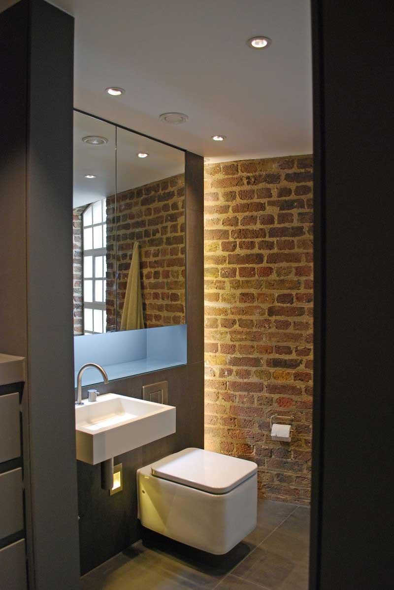 Salle de bains avec briques