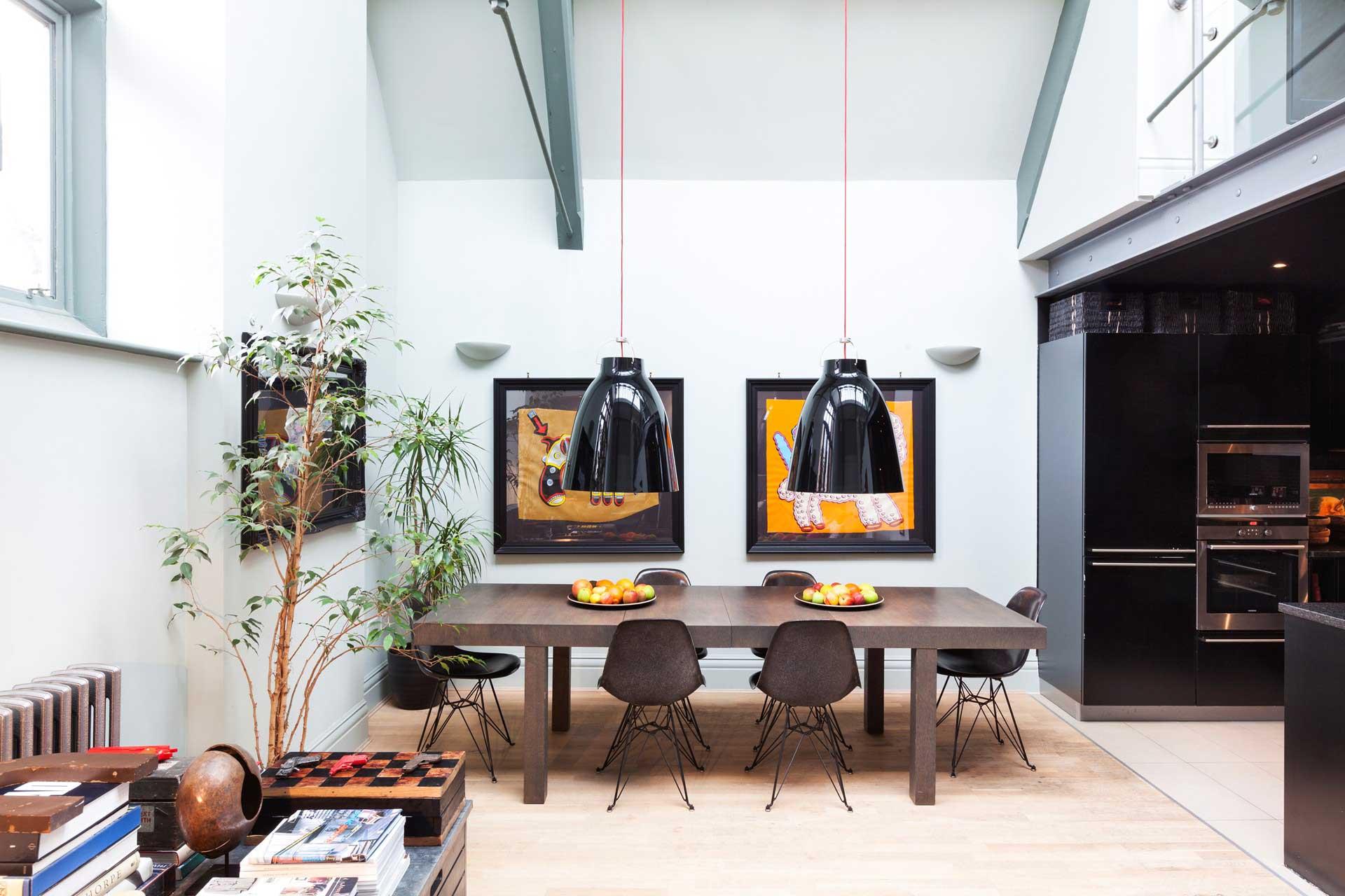 Chaise eames dsr avec base noire for Deco appartement londres
