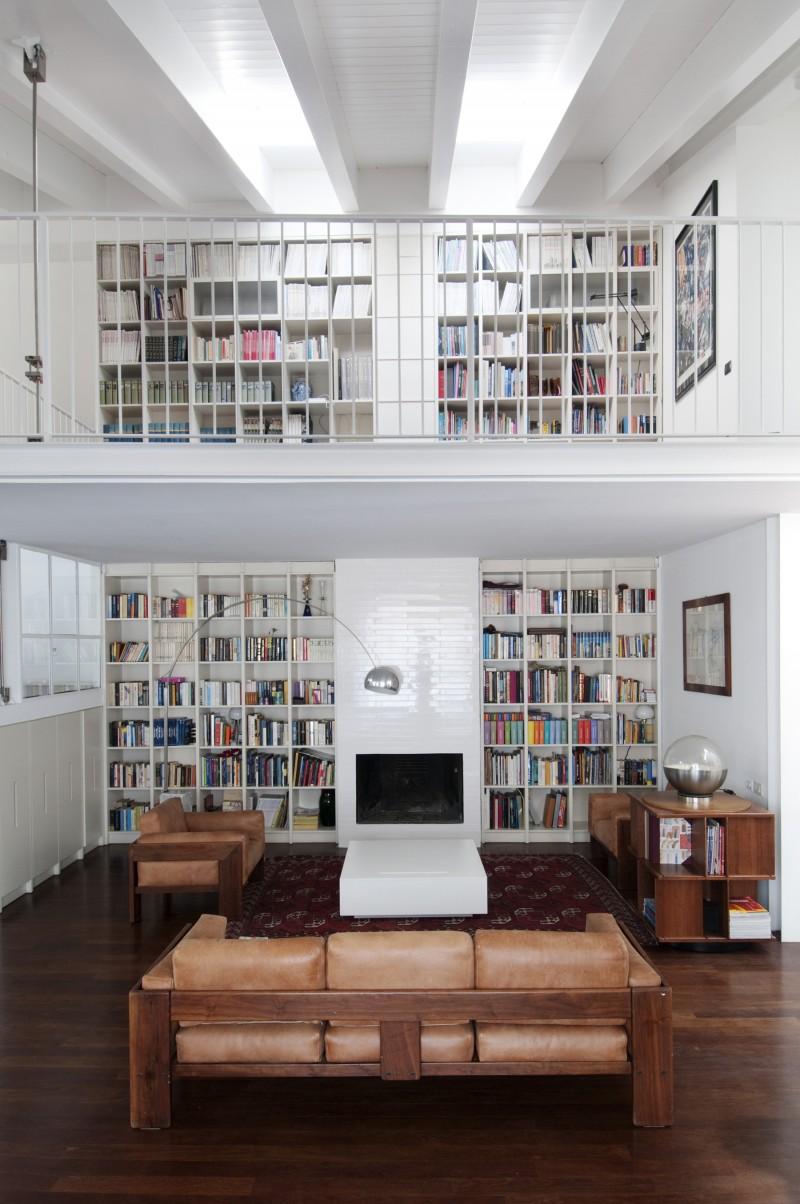 La bibliothéque allant jusqu'au plafond
