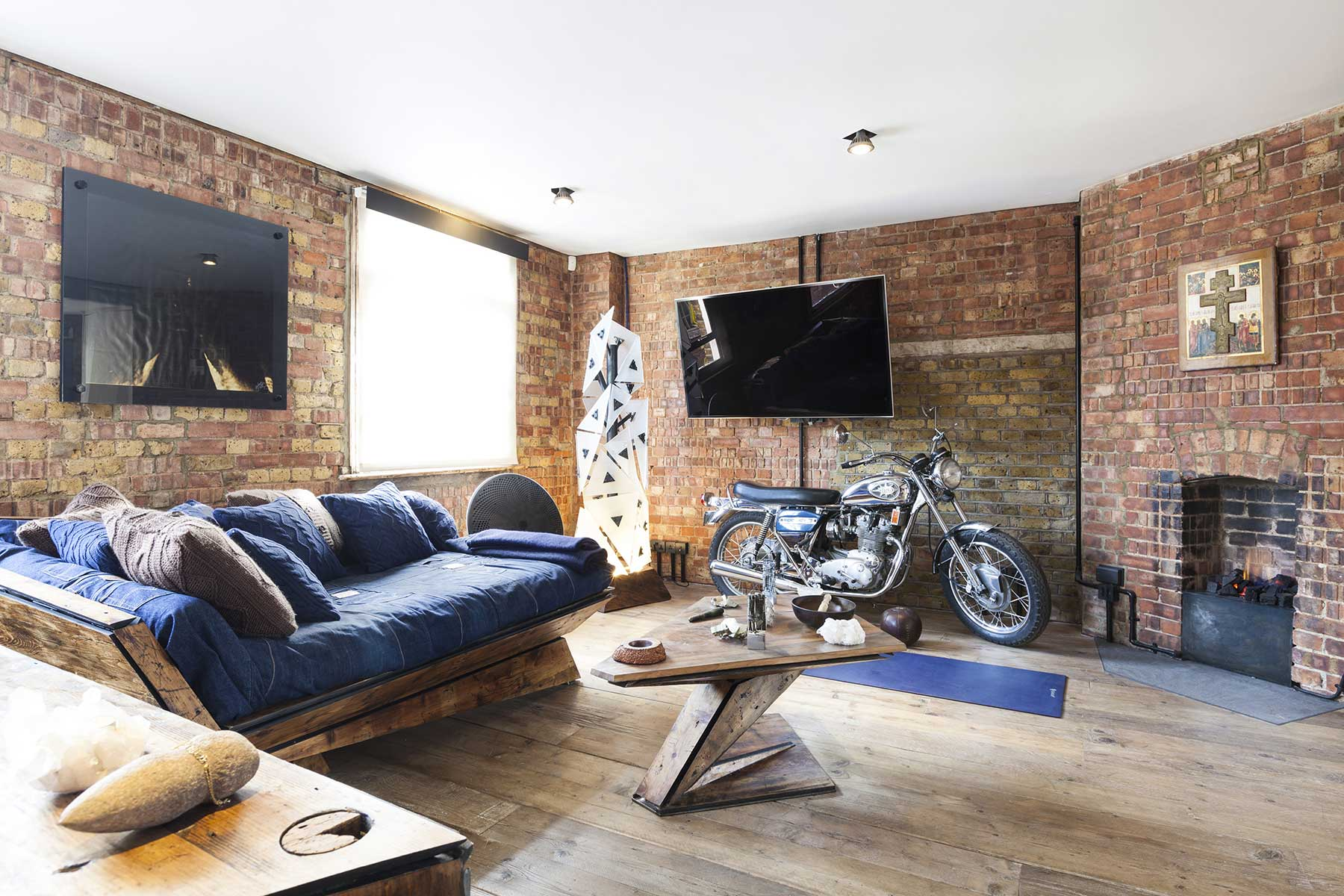 loft avec moto dans le salon. Black Bedroom Furniture Sets. Home Design Ideas