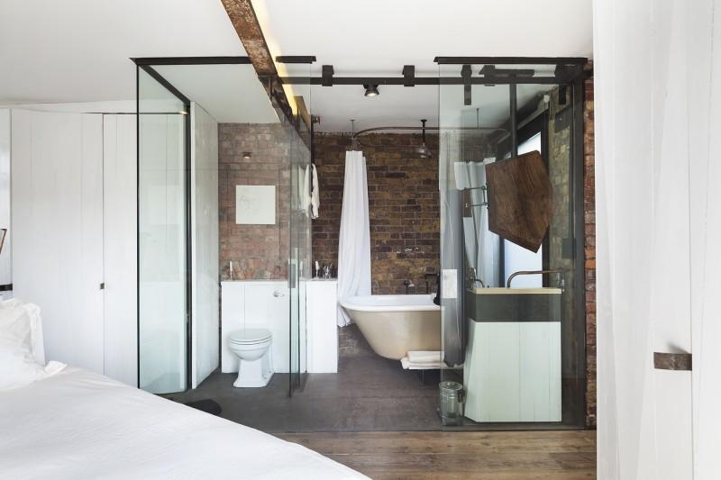 Salle de bains avec portes oulissantes en verre