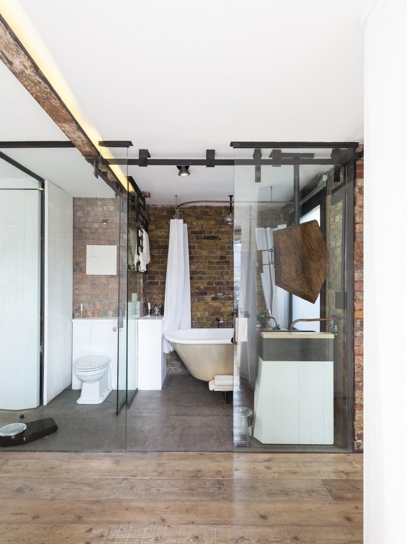 Salle de bains avec paroie vitrée