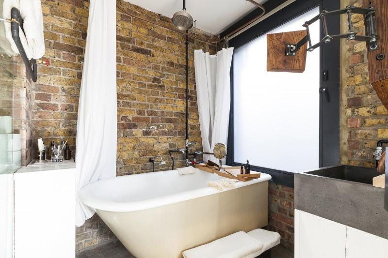 Salle de bains avec mur en brique