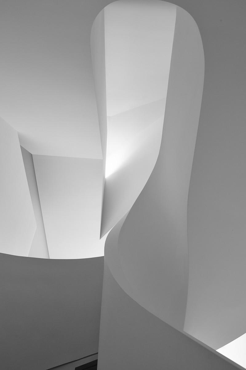 Escalier aux formes courbes et sensuelles