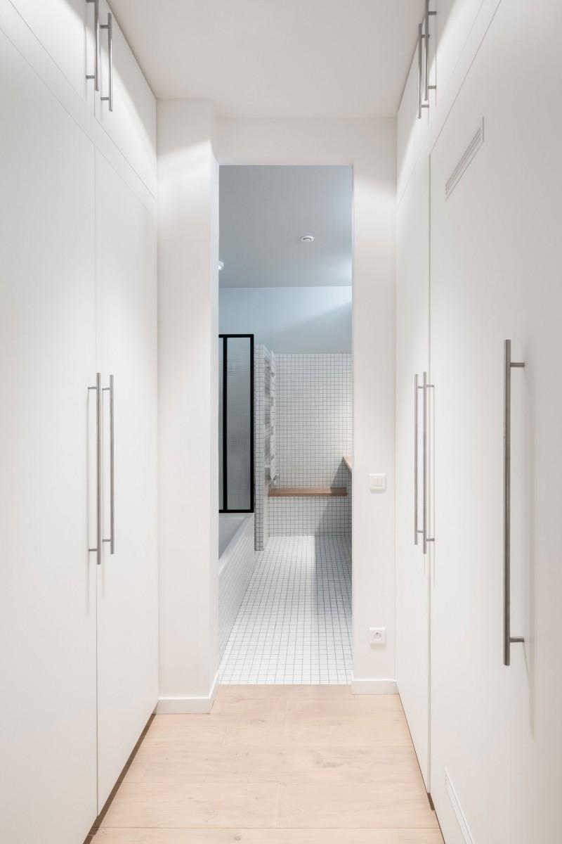 Salle de bains avec placards intégrés