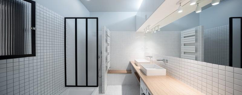 Salle de bains à petit carreaux