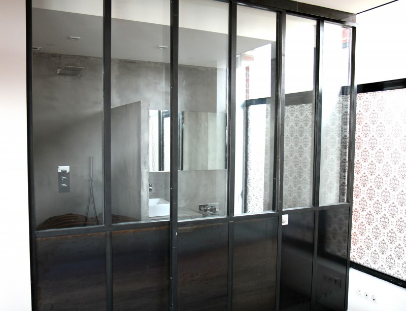 Salle de bains avec paroi esprit atelier
