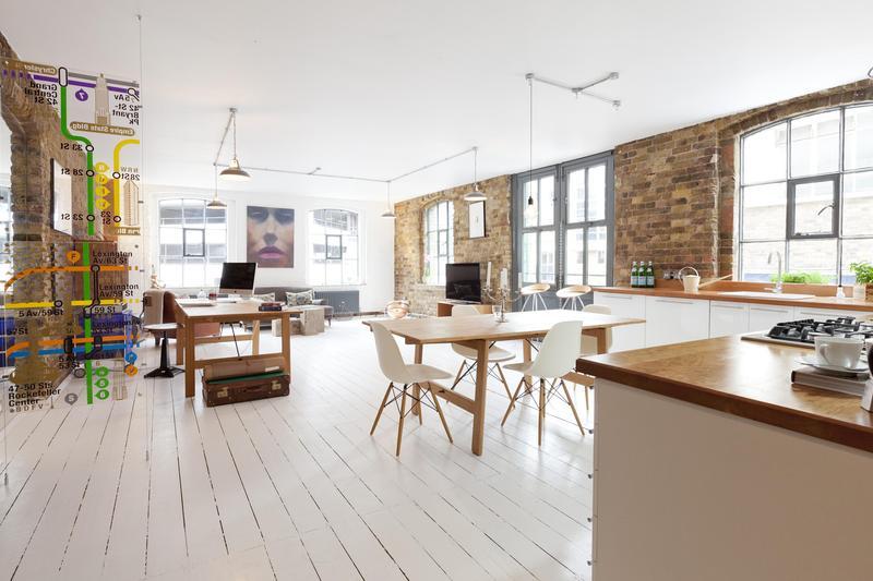 Loft avec parquet blanc