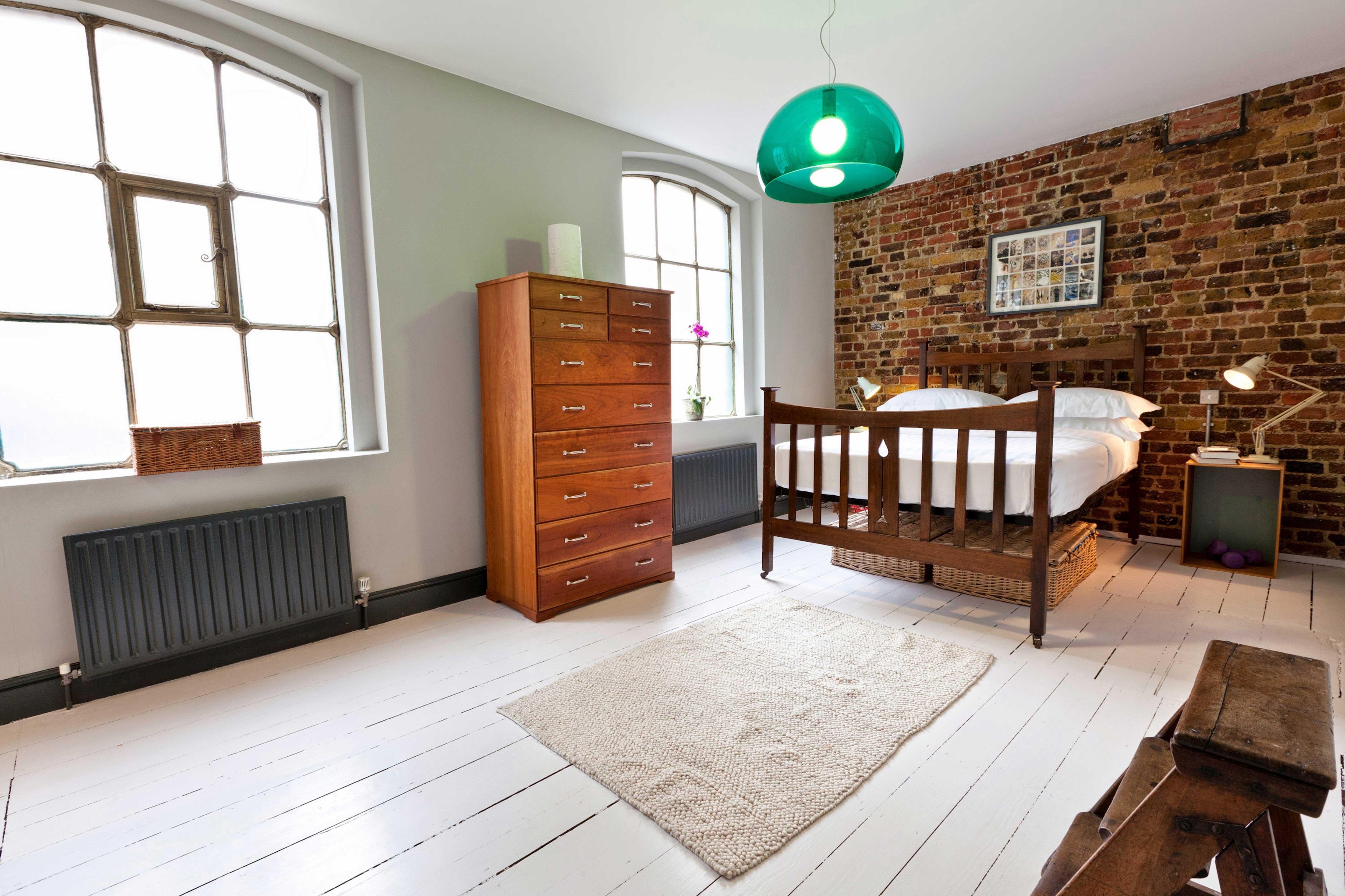 Chambre du loft avec un mur en brique - Chambre a louer a londres ...