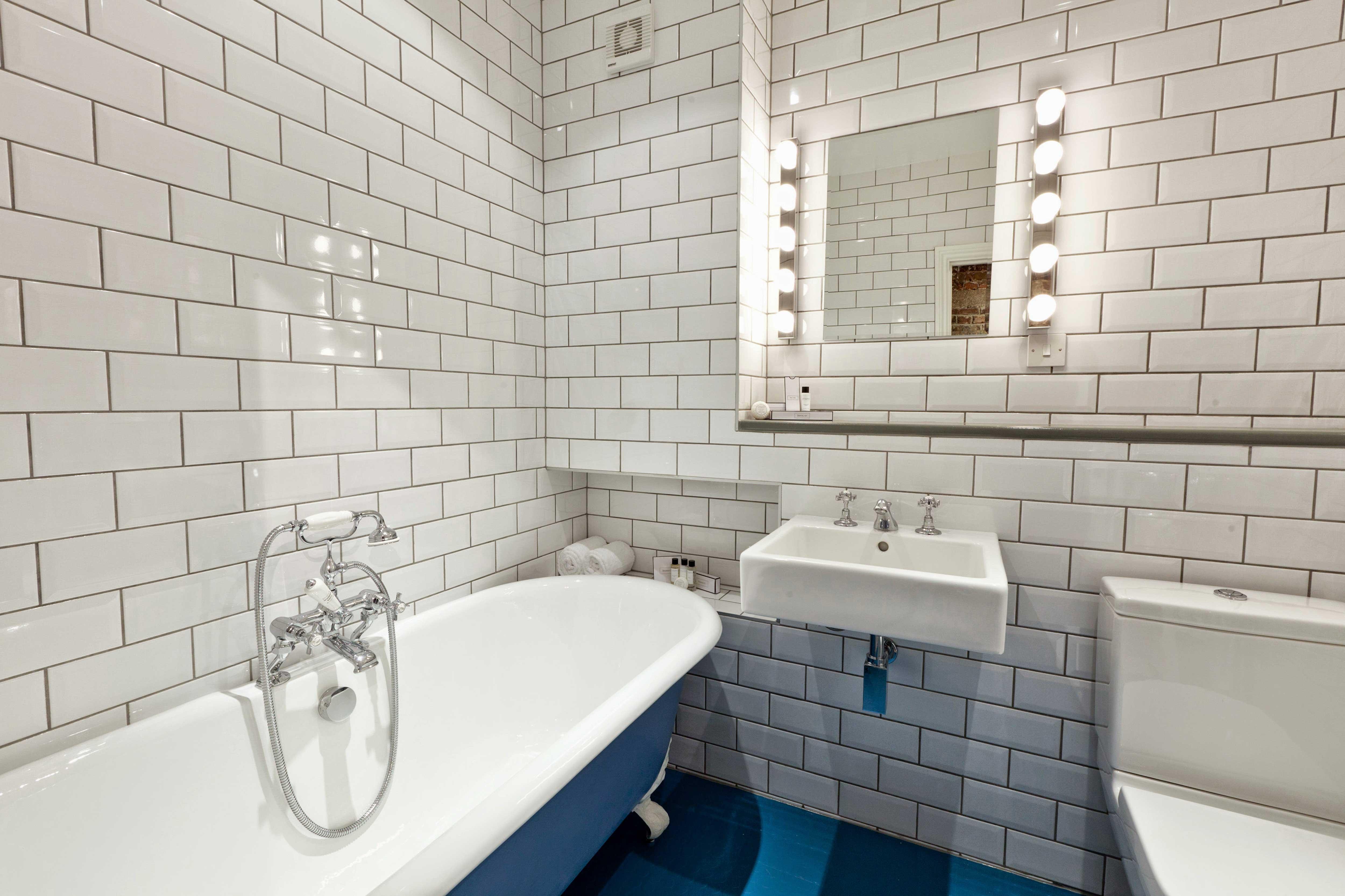 baignoire bleue. Black Bedroom Furniture Sets. Home Design Ideas