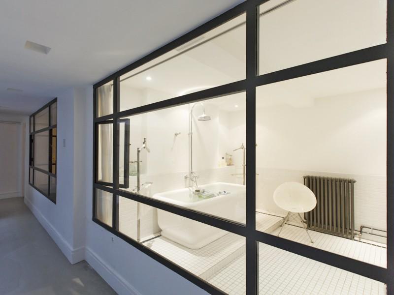 Salle de bains avec baies vitrée