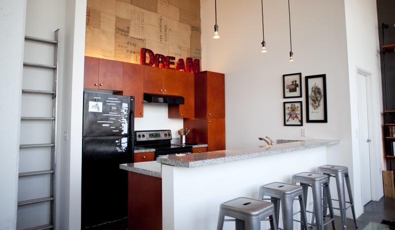 Bailey hat loft los angeles par cush design studio - Suspension bar cuisine ...