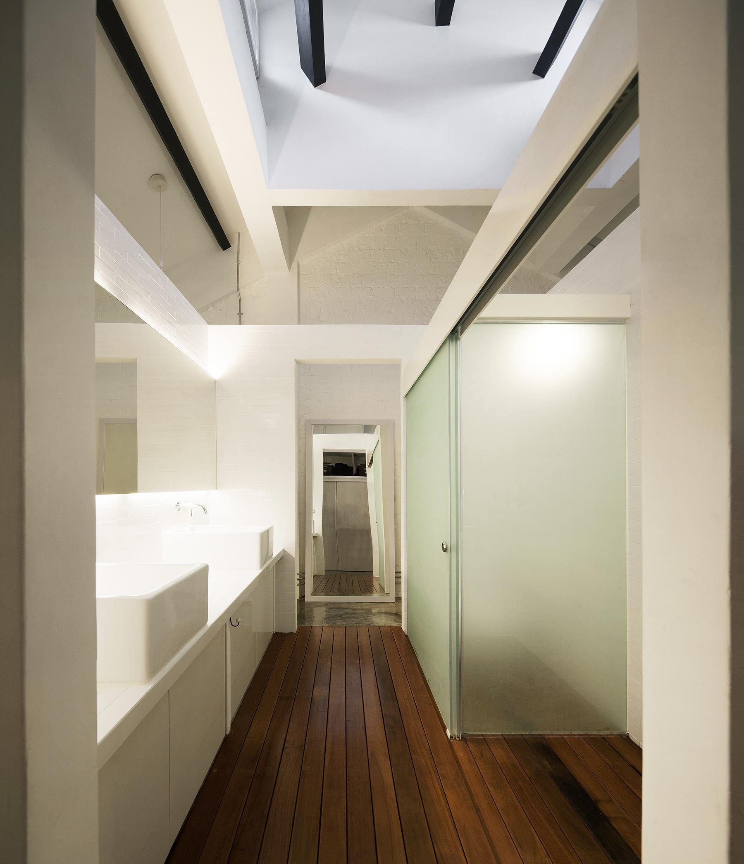 Salle de bains moderne avec parquet