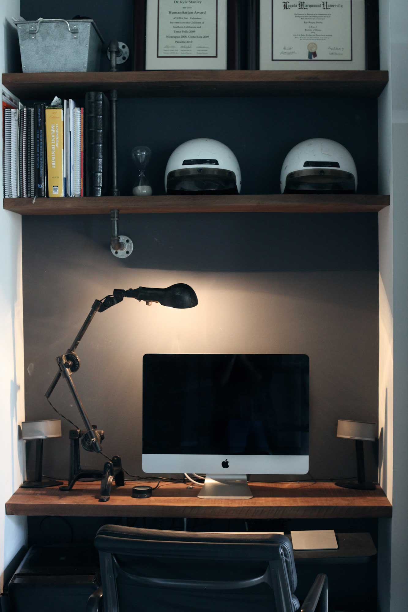 bureau dans un placard avec imac. Black Bedroom Furniture Sets. Home Design Ideas