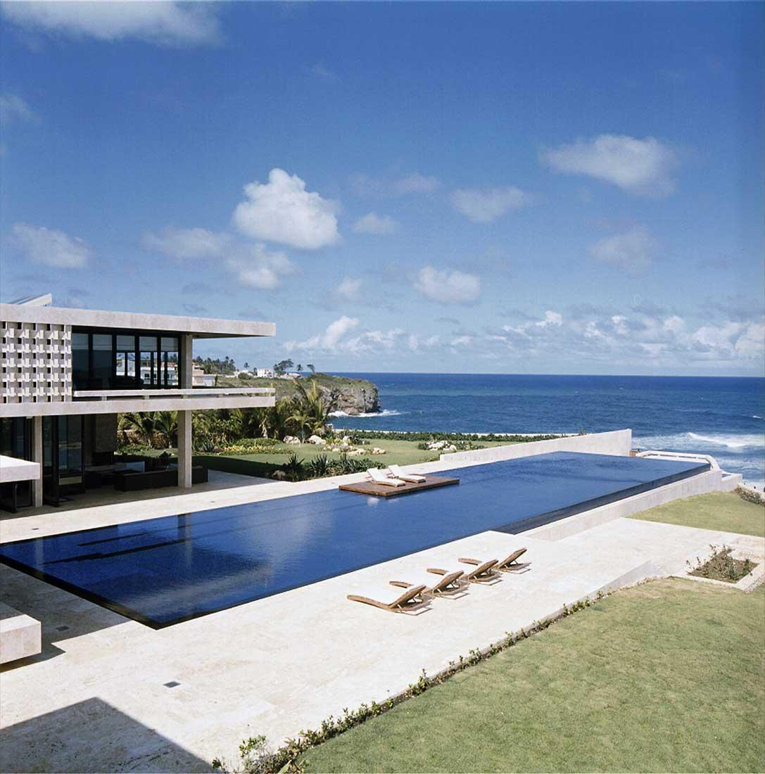 Maison avec piscine au bord de la mer en r publique for Piscine bord miroir