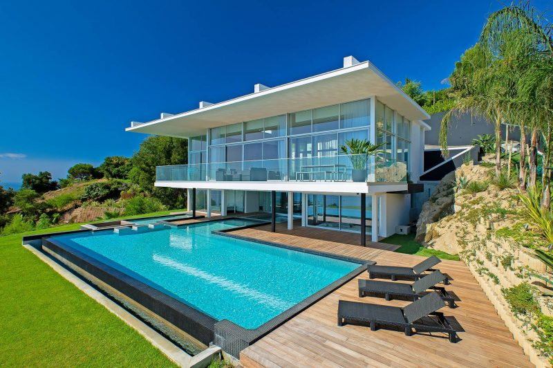 Villa contemporaine avec piscine saint tropez for Maison avec piscine a debordement