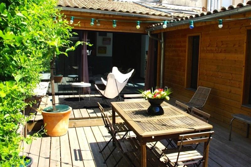 Terrasse du loft avec guirlande lumineuse