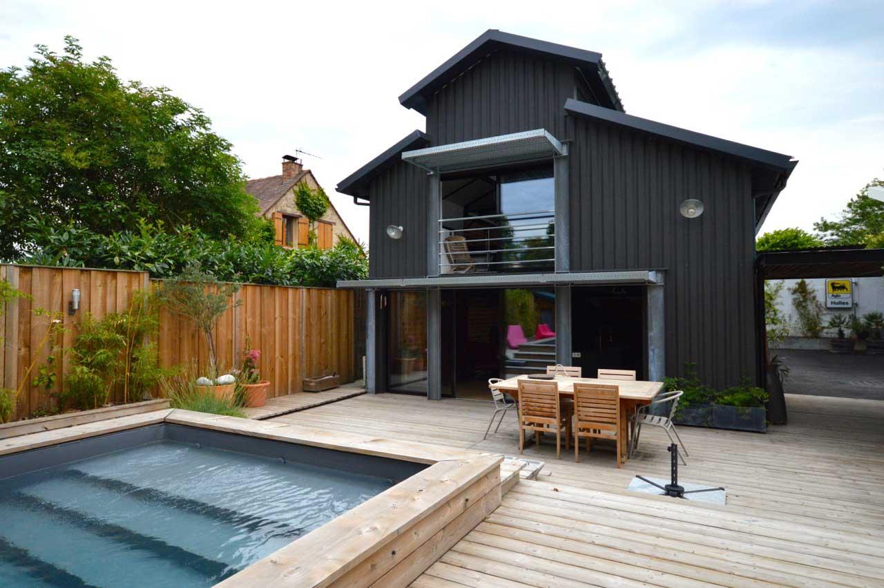 loft avec piscine sur une terrasse en bois. Black Bedroom Furniture Sets. Home Design Ideas
