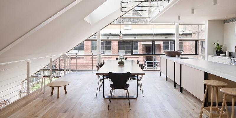 Loft avec plafond en pente