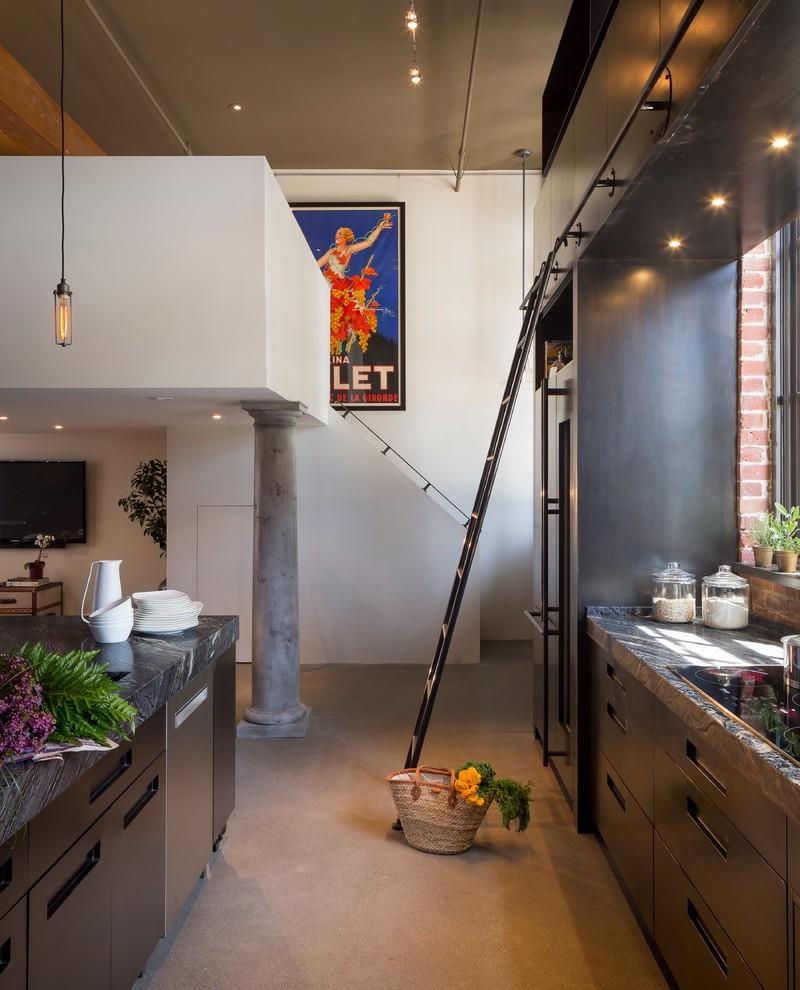Echelle en acier dans une cuisine