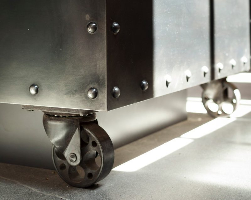 Meuble avec roues en acier