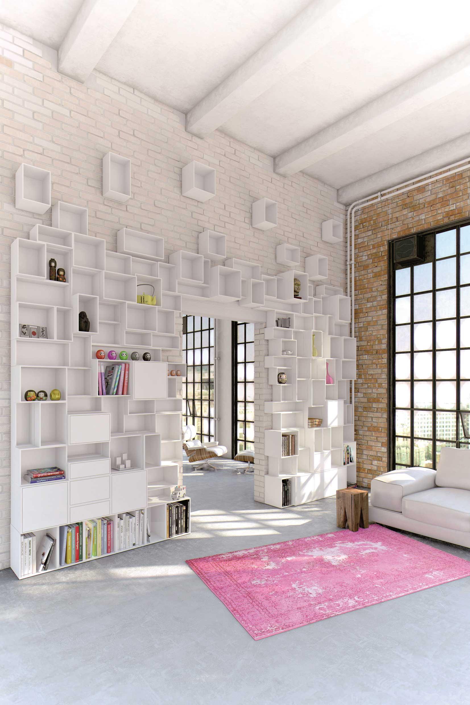 tag re sur un grand mur dans un loft industriel. Black Bedroom Furniture Sets. Home Design Ideas