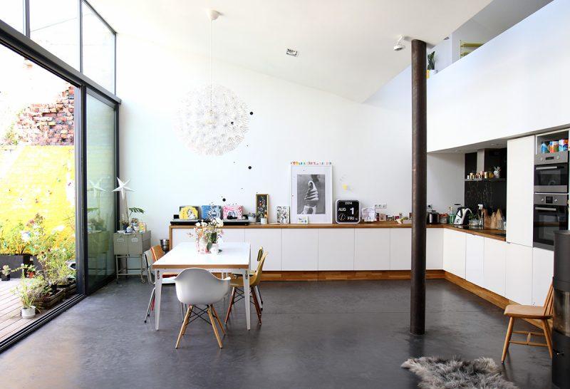 Loft avec mur blanc