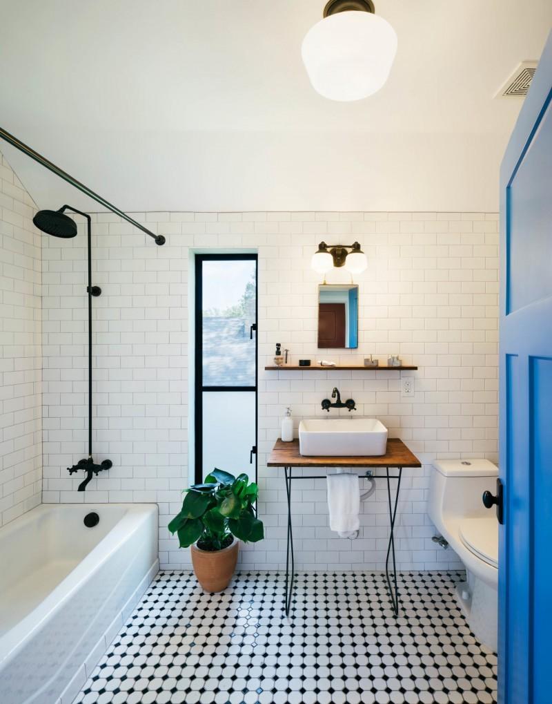 Salle de bains avec robinetterie noire