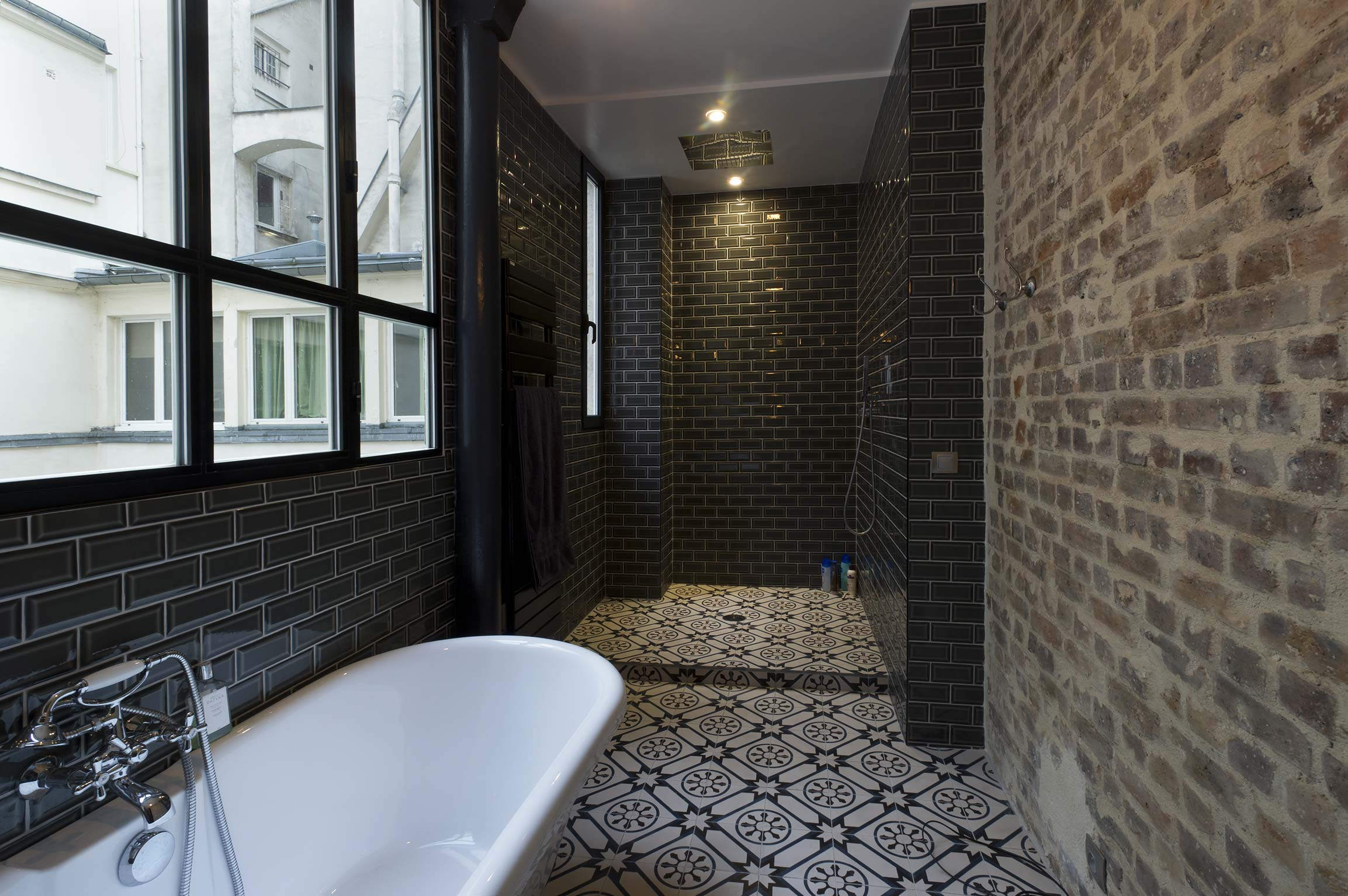 Douche l 39 italienne en carreau de ciment for Carrelage grand carreau salle de bain