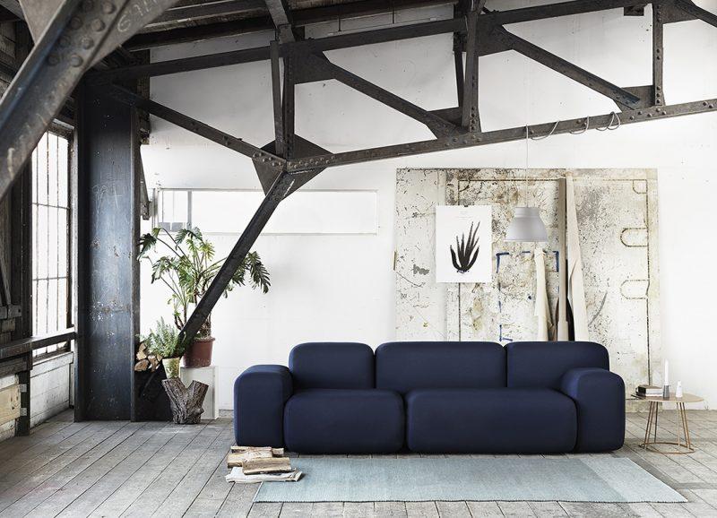 Canapé bleu Muuto dans un loft