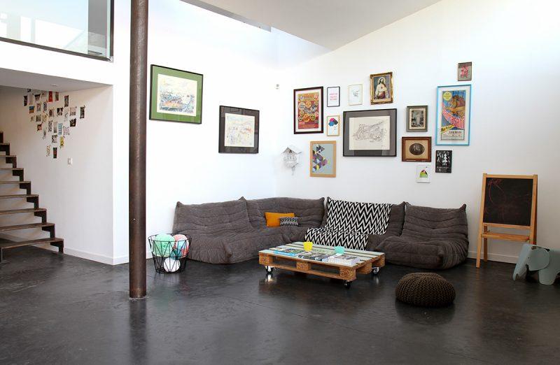 Accumulation de tableaux sur un mur