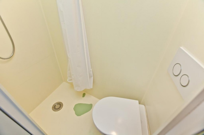 Douche et toilettes réunis