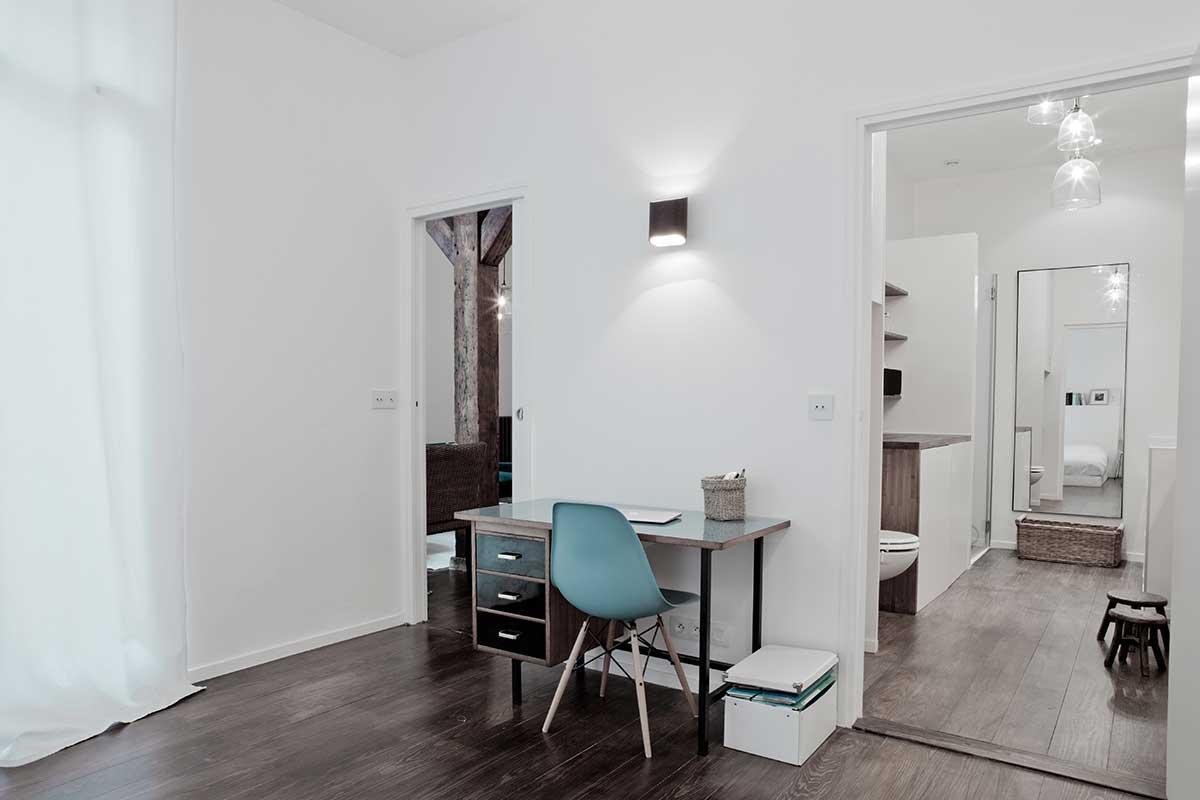 Bureau avec chaise eames bleue ciel - Colocation loft paris ...