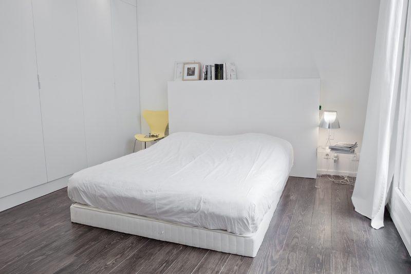 Chambre blanche avec parquet