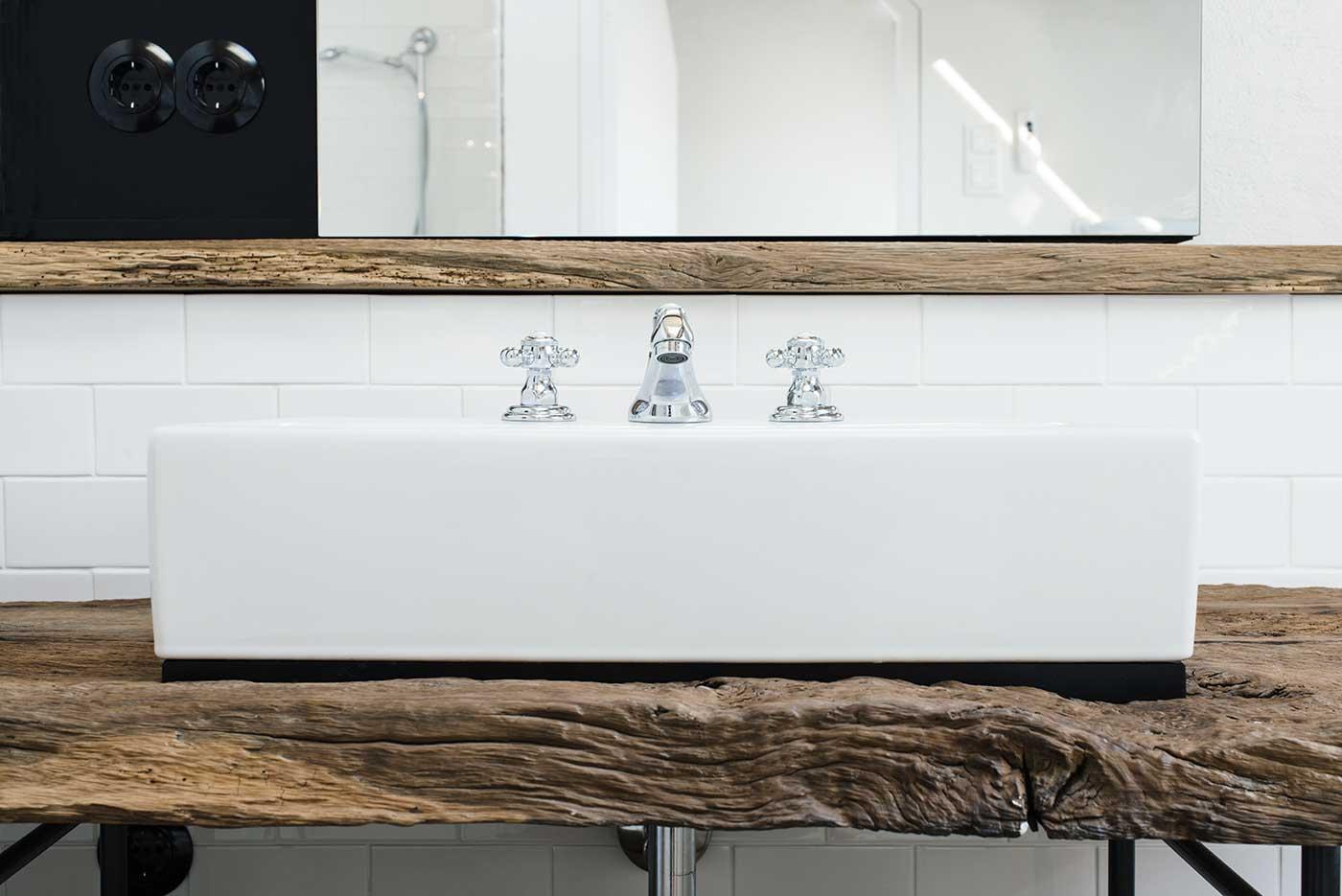 Meuble de salle de bains en bois brut for Renovation corps de ferme