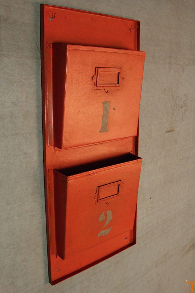 Range documents mural esprit industriel orange