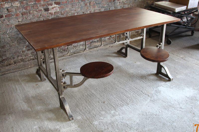 Table avec tabourets intégrés