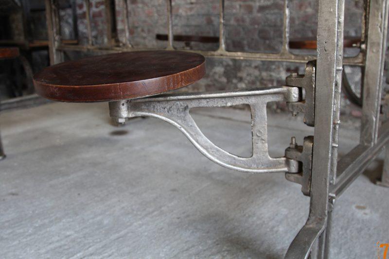 Tabouret intégré à la table