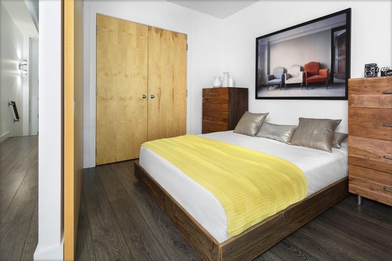 Chambre avec couvre lit jaune