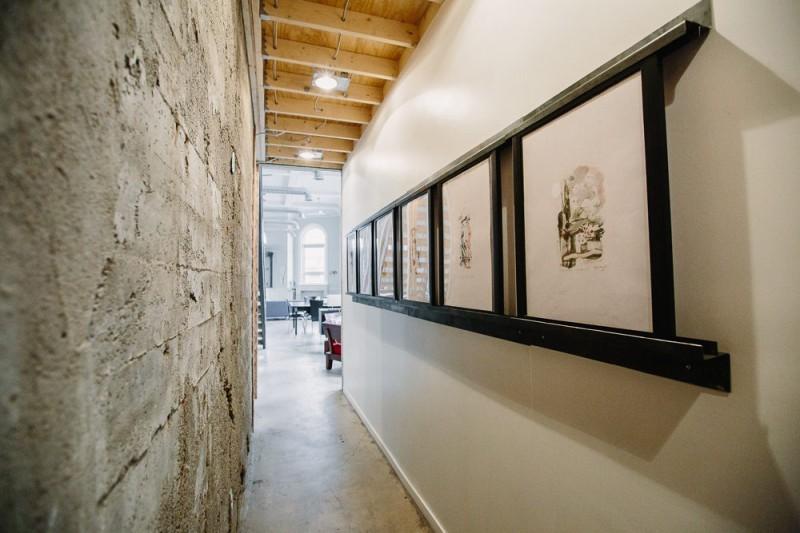 Couloir avec enfilade de tableaux