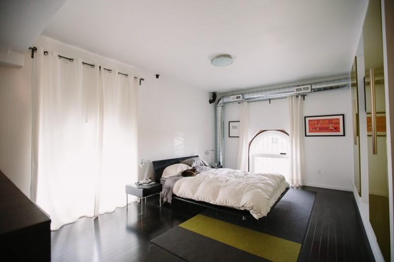 Chambre avec parquet noir