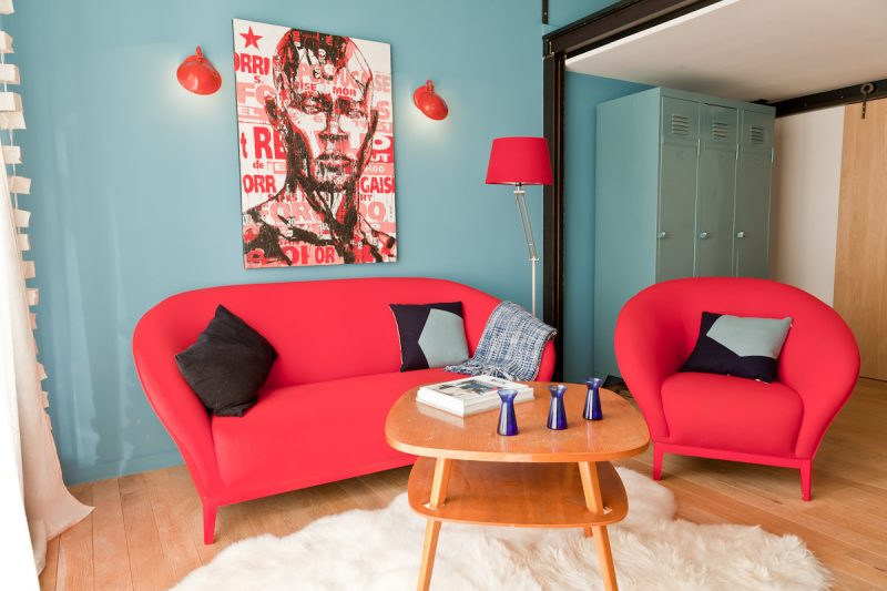 Déco scandinave avec canapé rouge