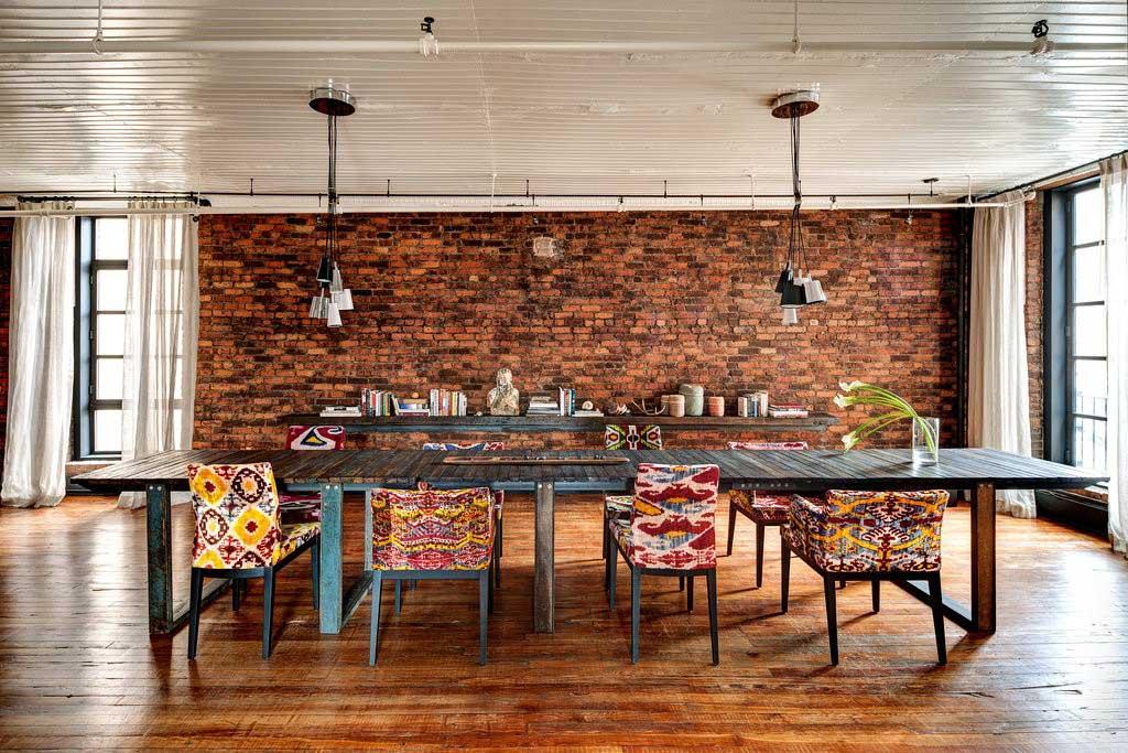 Salle à manger avec mur en brique