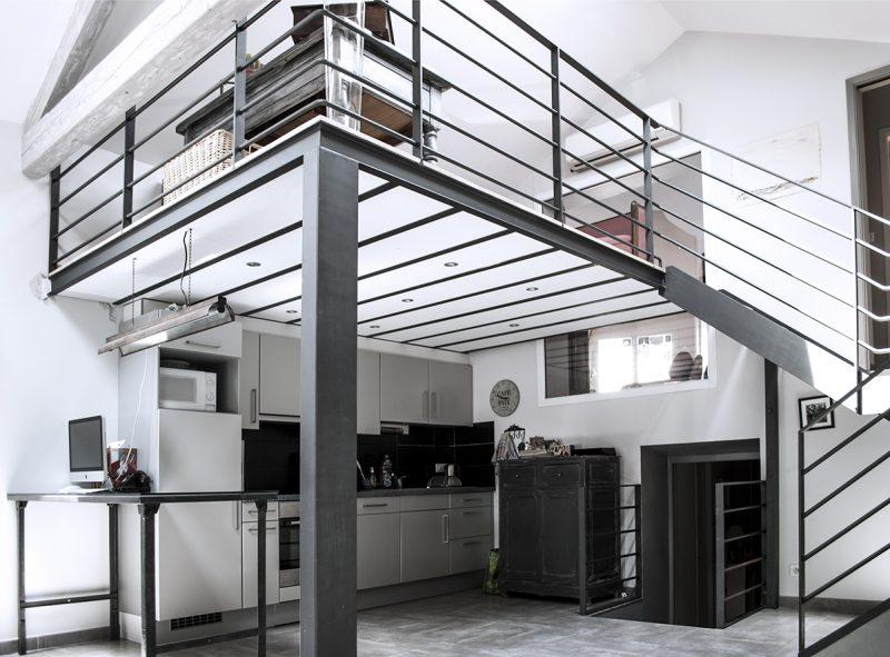 Mezzanine en métal dans un loft