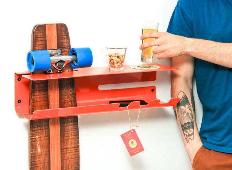 Etagère rouge pour ranger un skateboard