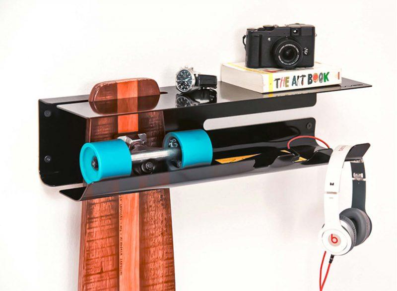 Etagère noire pour ranger un skateboard