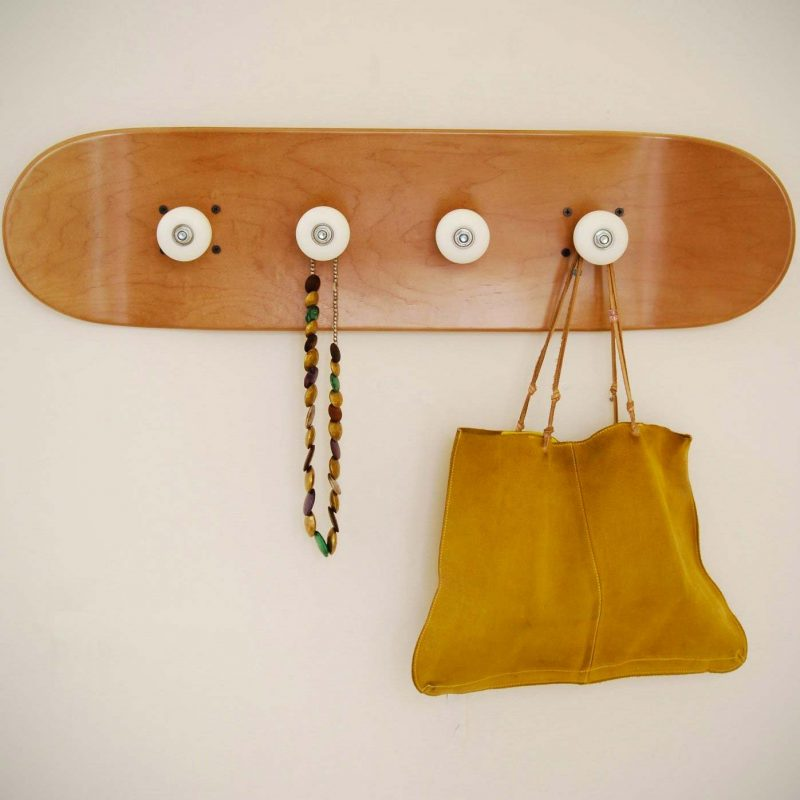Porte manteaux avec planche et roues de skate