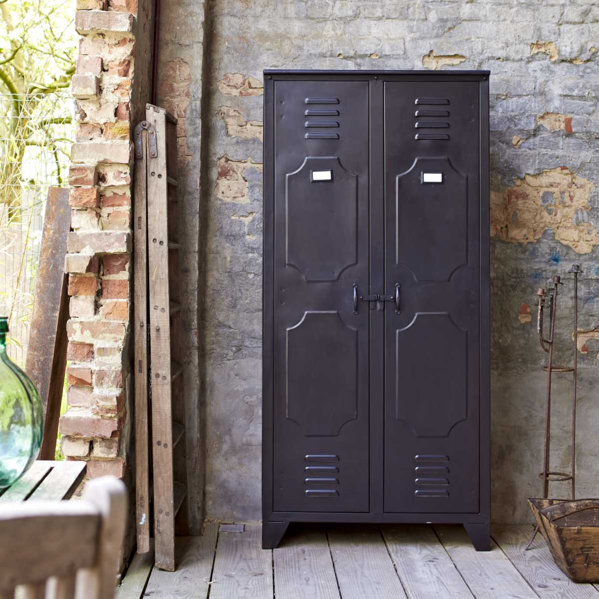 armoire en m tal style industriel. Black Bedroom Furniture Sets. Home Design Ideas