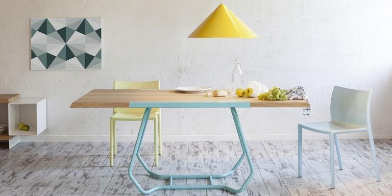 Table en bois avec pieds bleus