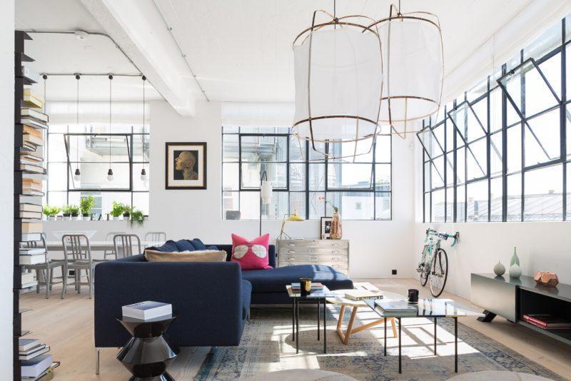 Loft moderne avec fenêtres industrielles